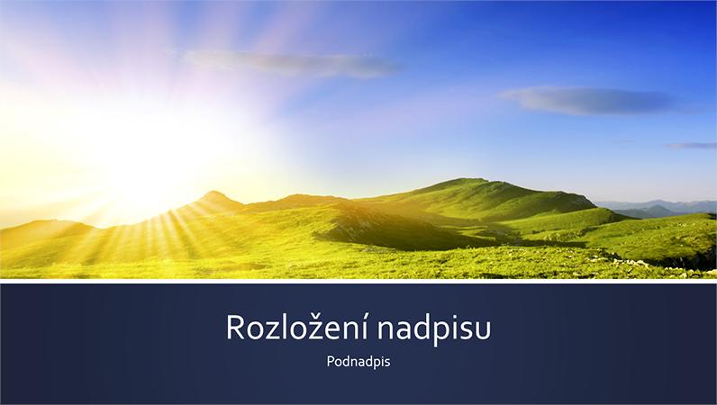 Prezentace s přírodním motivem s modrým pruhem a fotkou slunce vycházejícího na pozadí pohoří (širokoúhlá)