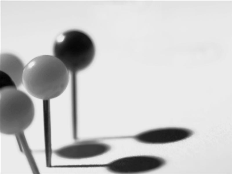 Šablona návrhu s černými a bílými připínáčky