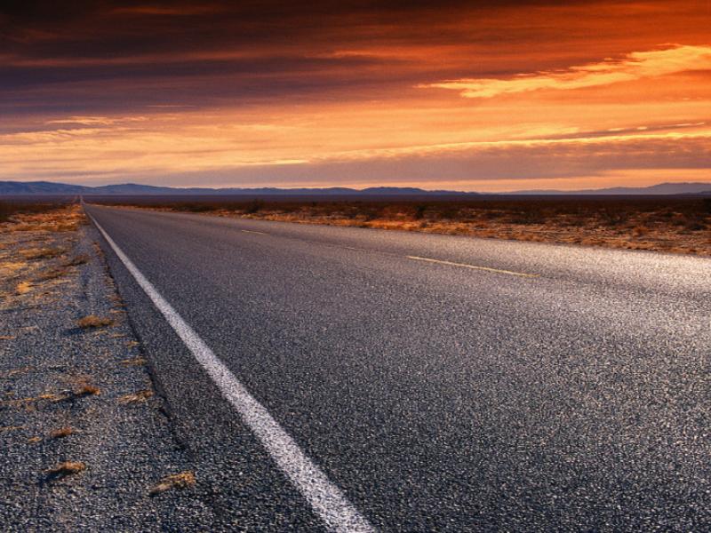 Thème désert - Route droite couché de soleil