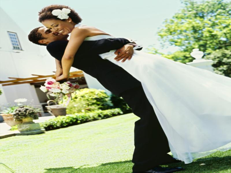 Thème mariage - Les mariés enlacés