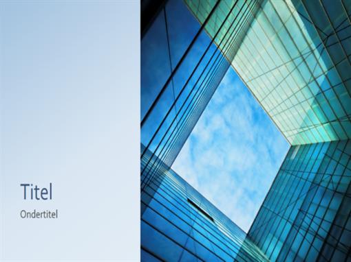 Zakelijke marketingpresentatie met glazen kubus (breedbeeld)