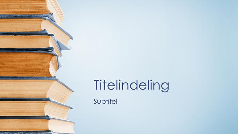 Presentatie met stapels blauwe boeken (breedbeeld)