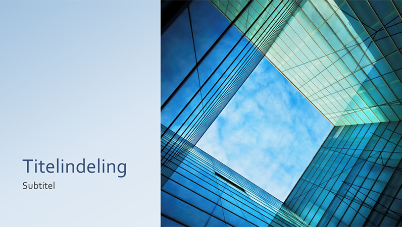 Marketingpresentatie met glazen kubus (breedbeeld)