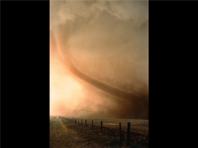 Een dia met een afbeelding van een tornado
