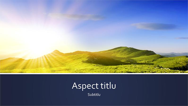 Prezentare de natură cu o bandă albastră cu o fotografie ce ilustrează un răsărit de la munte (ecran lat)
