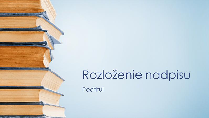 Prezentácia so stohom modrých kníh (širokouhlý formát)