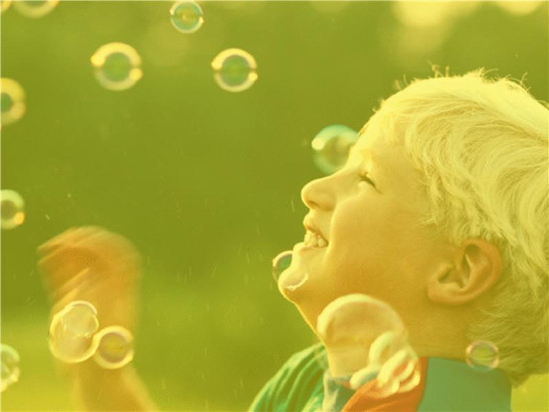 Oğlan çocuğu ve baloncukları tasarım şablonu